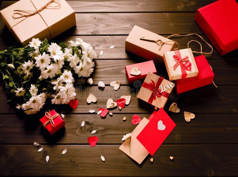 Regalos para el día del ` s de la tarjeta del día de San Valentín fotografía de archivo