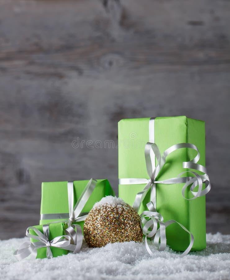 Regalos verdes de la Navidad fotos de archivo libres de regalías