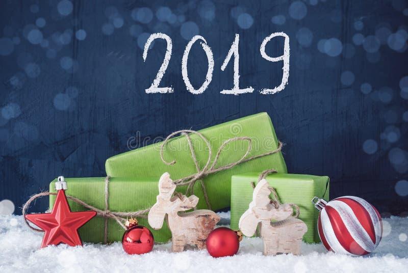 Regalos verdes de la Navidad, nieve, decoración, 2019, fondo del cemento foto de archivo libre de regalías