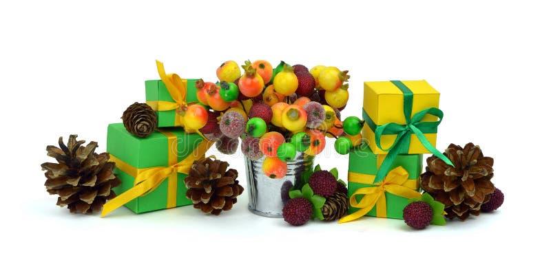 Regalos y bayas, conos del pino celebración Enhorabuena CH imágenes de archivo libres de regalías