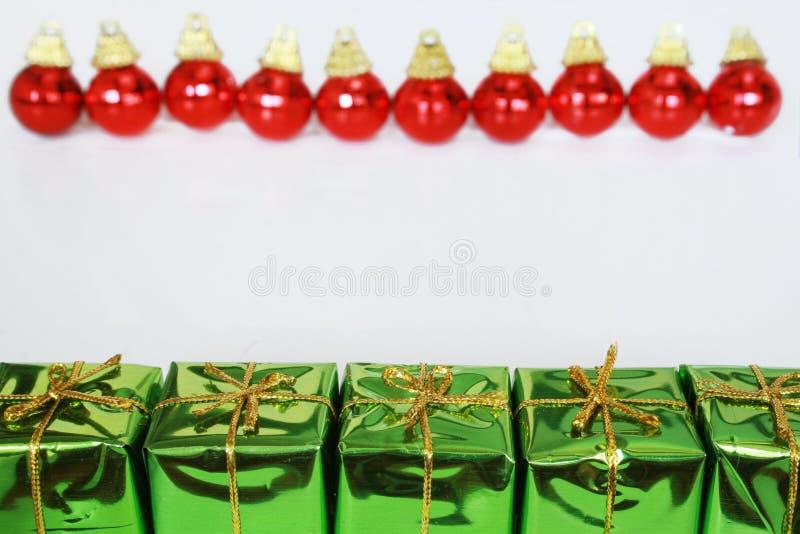 Regalos y bolas de la Navidad imagenes de archivo