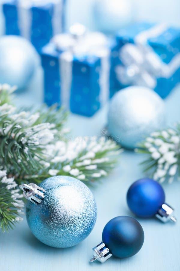 Regalos y decoración azules de la Navidad imágenes de archivo libres de regalías