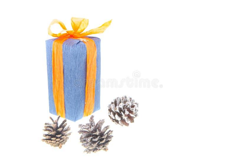 Regalos y decoración de la Navidad en el fondo blanco fotografía de archivo libre de regalías