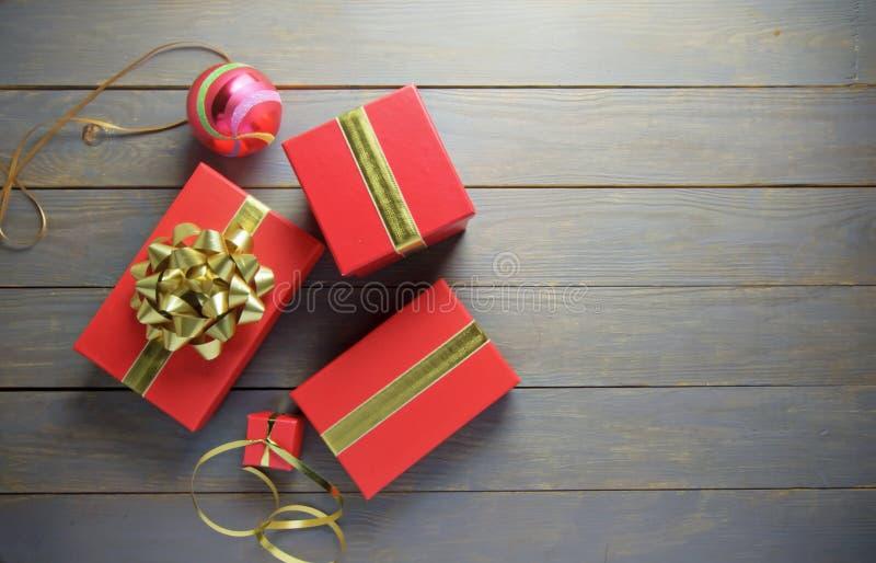 Regalos y decoraciones de la Navidad fotografía de archivo libre de regalías
