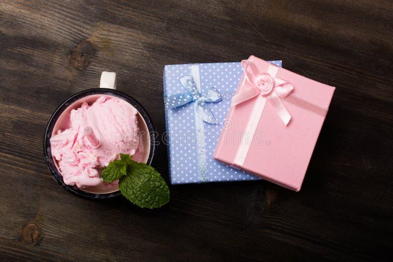 Regalos y helado rosados y azules de fresa imagen de archivo libre de regalías