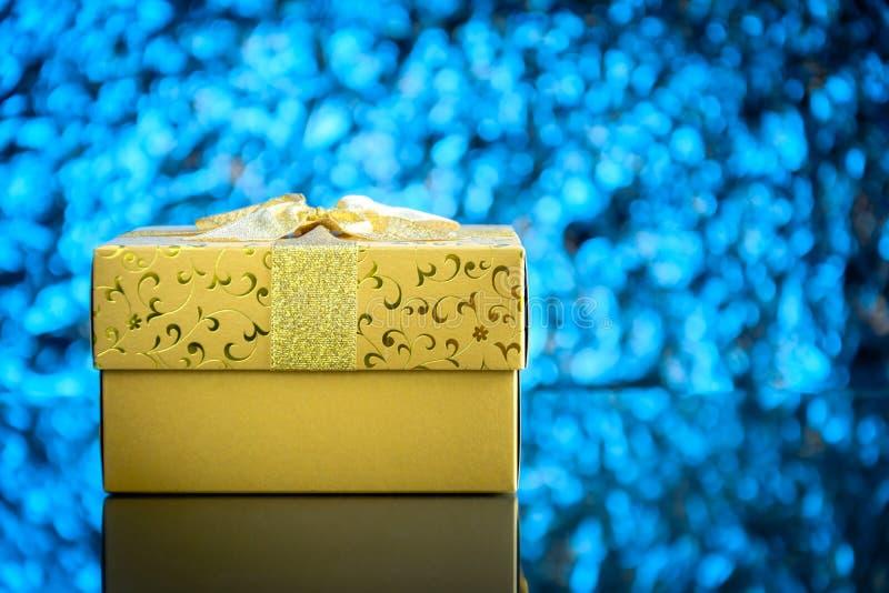 regalos y juguetes en el fondo ligero azul de cristal de la tabla y del bokeh fotos de archivo libres de regalías
