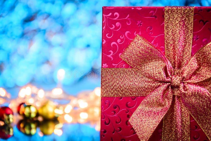 regalos y juguetes en el fondo ligero azul de cristal de la tabla y del bokeh imágenes de archivo libres de regalías