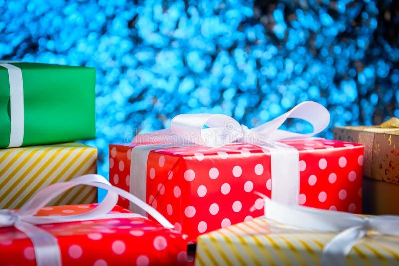 regalos y juguetes en la tabla de cristal imagen de archivo libre de regalías