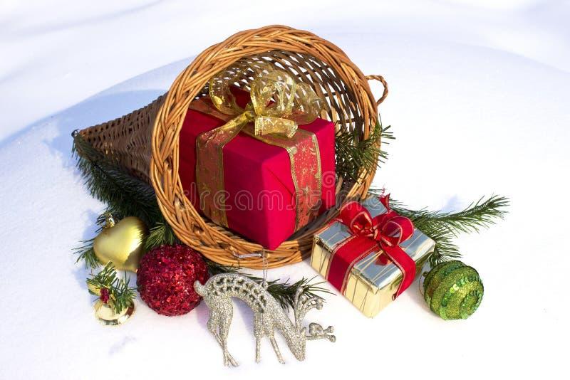 Regalos y ornamentos de la Navidad imágenes de archivo libres de regalías
