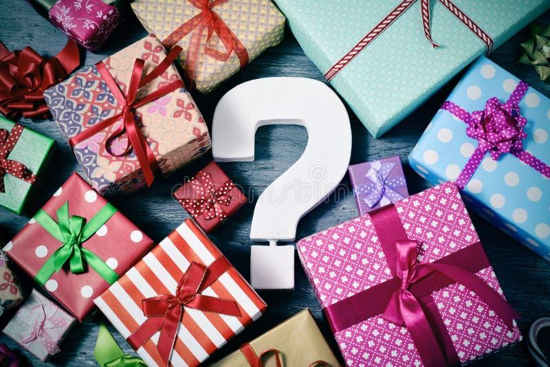 Regalos y signo de interrogación imágenes de archivo libres de regalías