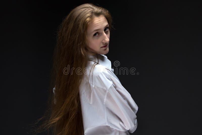 A regardé la femme en arrière avec de longs cheveux photo libre de droits