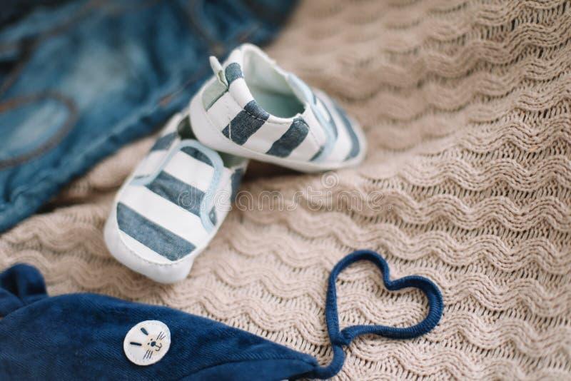 Regard à la mode de mode de vue supérieure des vêtements de bébé, concept de mode Une paire de chaussures de bébé garçon photo libre de droits
