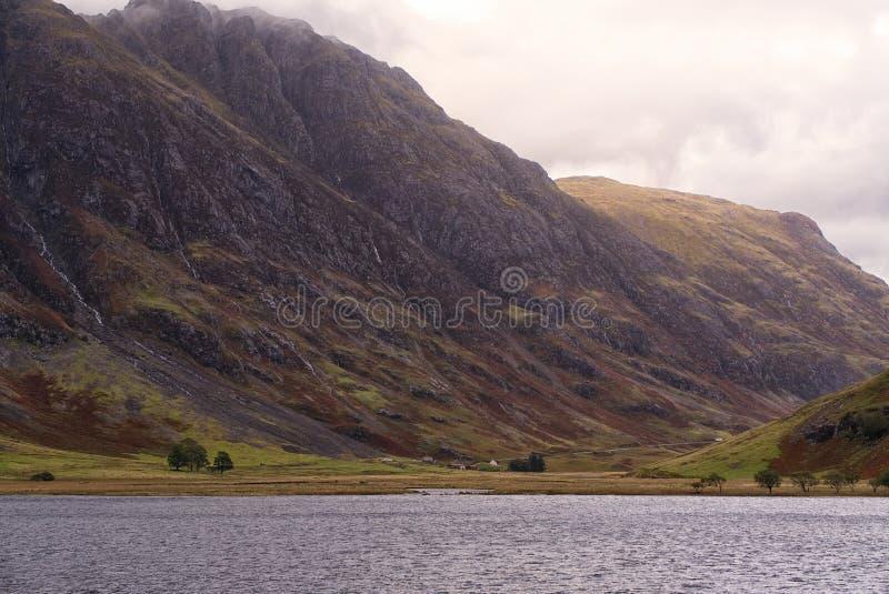Regard à travers le loch Achriochtan à Aonach Eagach au-delà Glencoe, Ecosse photo libre de droits