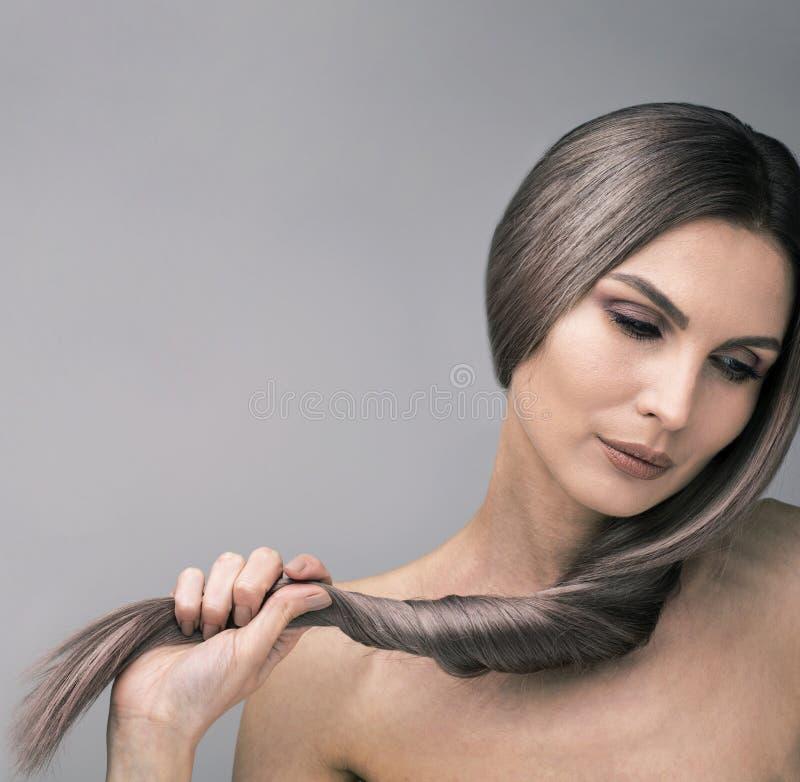Regard élégant en bas de la femme avec de longs et forts cheveux pourpres images stock