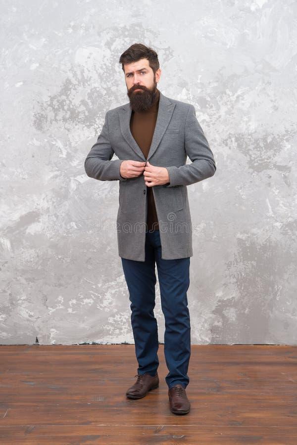 Regard étonnant Vêtements d'homme et concept de mode Mannequin brutal de type Style de mode d'hommes d'affaires Formel et occasio photos stock