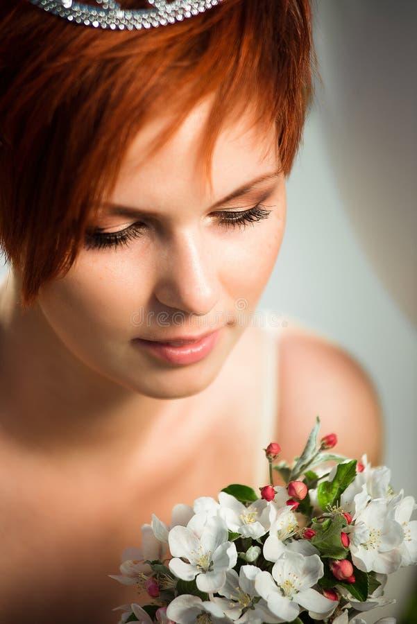 Regard étroit sur une fille regardant le bouquet photo stock