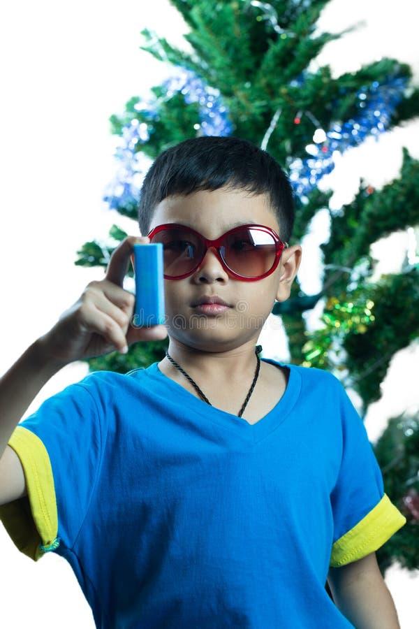 Regard asiatique d'enfant à son petit cadeau de Noël photographie stock libre de droits