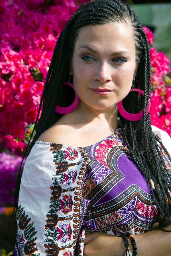 Regard attentif de belle femme aux yeux bleus avec les tresses africains images libres de droits