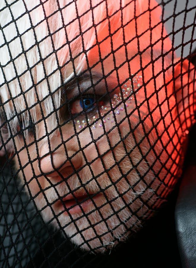 Regard bizarre Accessoire de mode de BDSM Homme hétérosexuel avec le maquillage masculin Visage de couverture d'homme de transsex images stock
