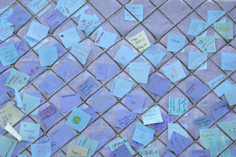 Regard d'?quipe d'affaires aux notes d'adh?sif sur le mur de verre dans le lieu de r?union Programme collant de rappel de papier  photographie stock libre de droits