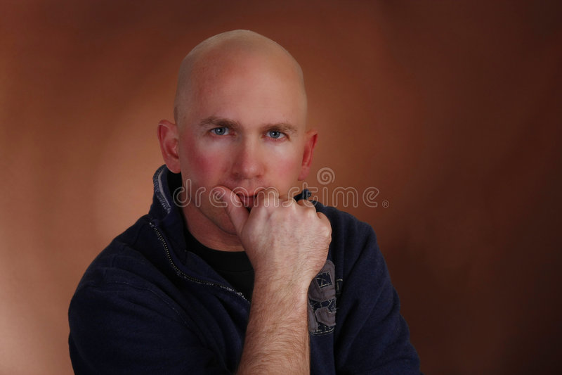 Regard d'un ton interrogateur d'homme chauve photo stock