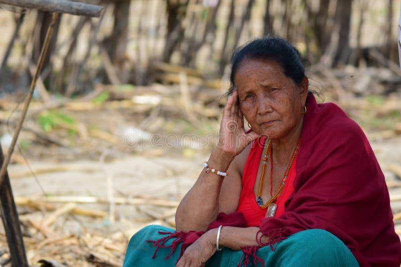 Regard de dame âgée au bâtiment effondré après catastrophe de tremblement de terre photos libres de droits