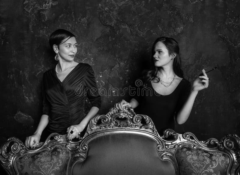 Regard de deux filles à l'un l'autre Yeux hautains Une scène du film Filles de haute société Tir dans le studio Image d'étape int images libres de droits