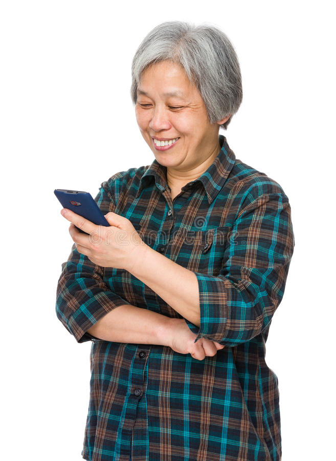 Regard de femme agée au smartphone images libres de droits