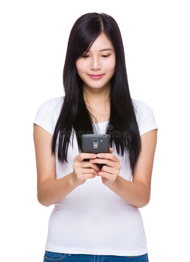 Regard de femme au téléphone photographie stock libre de droits