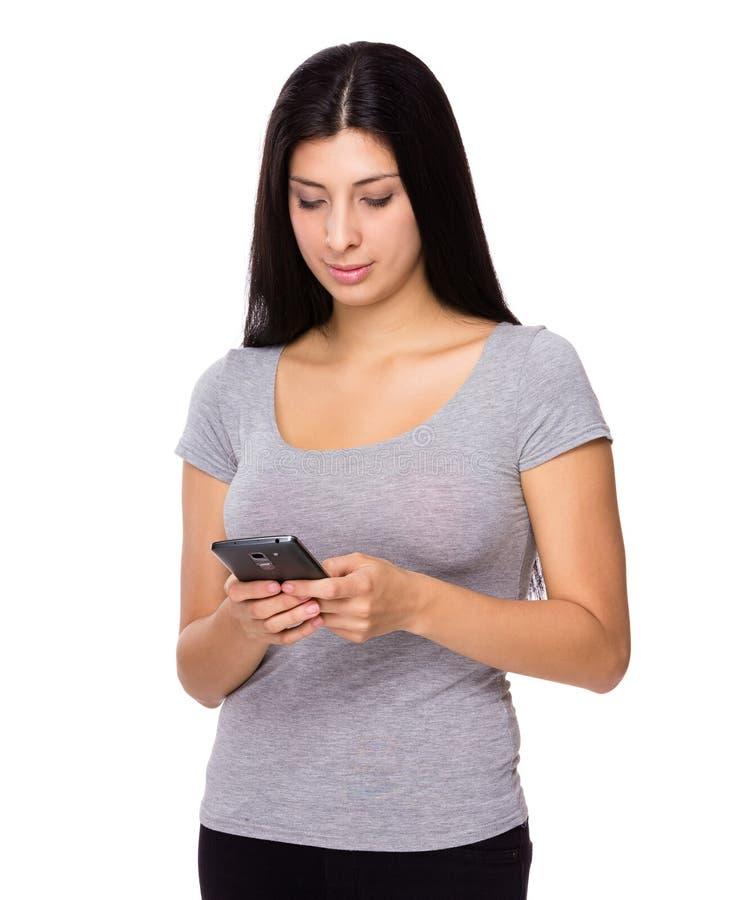 Regard de femme au téléphone portable images stock