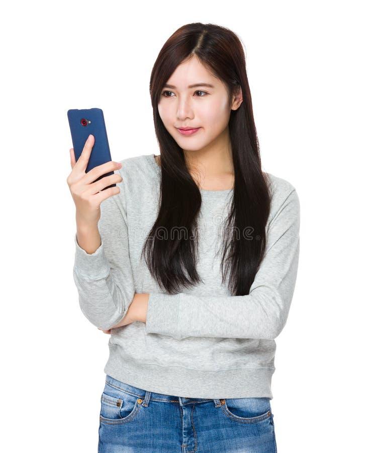 Regard de femme au téléphone portable image libre de droits