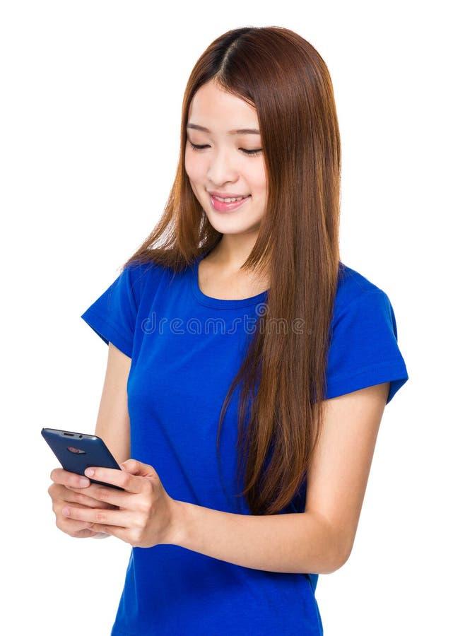 Regard de femme au téléphone portable photo libre de droits