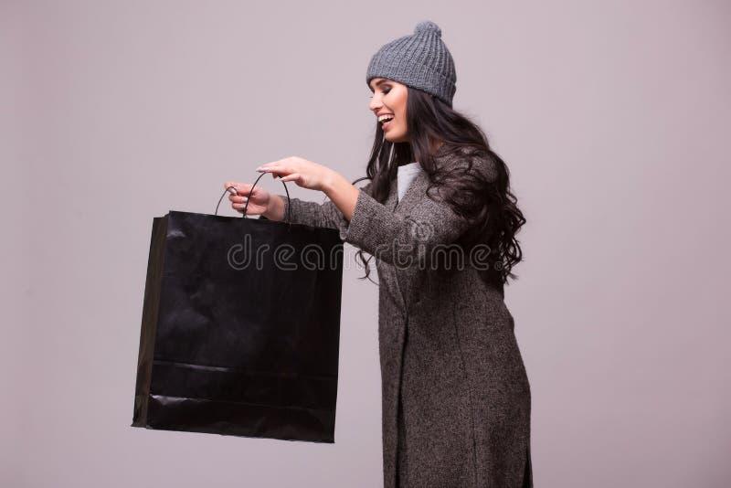 Regard de fille de brune de mode dans le panier image stock