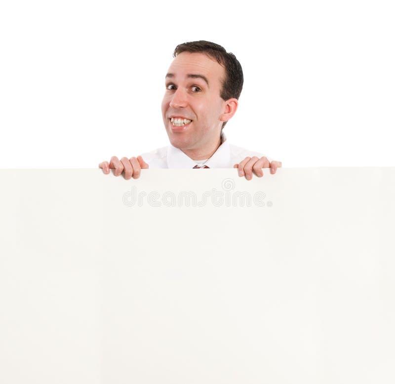 regard de l'homme au-dessus du mur photo stock