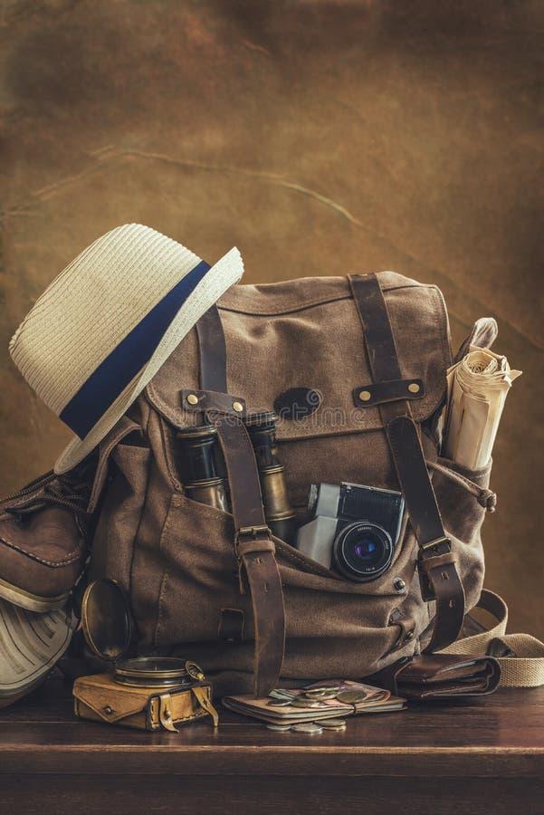 Regard de l'image du concept de déplacement, articles essentiels de vacances baluchon photographie stock libre de droits