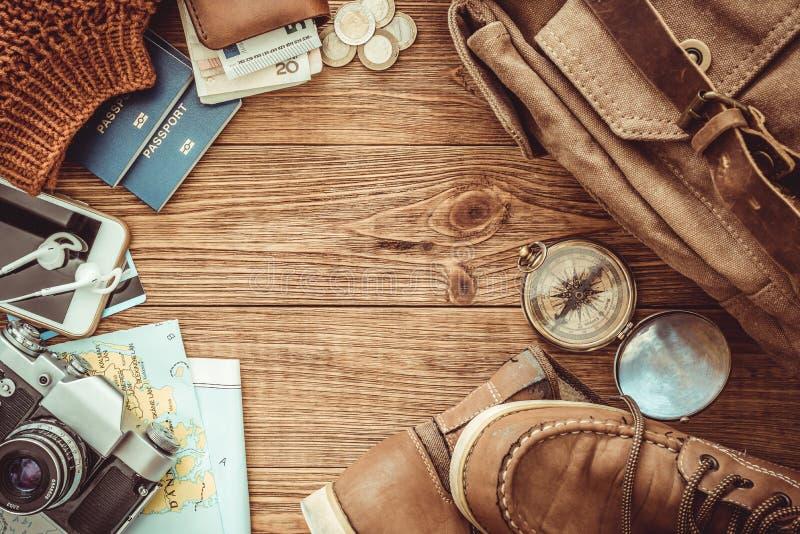 Regard de l'image du concept de déplacement, articles essentiels de vacances baluchon image stock