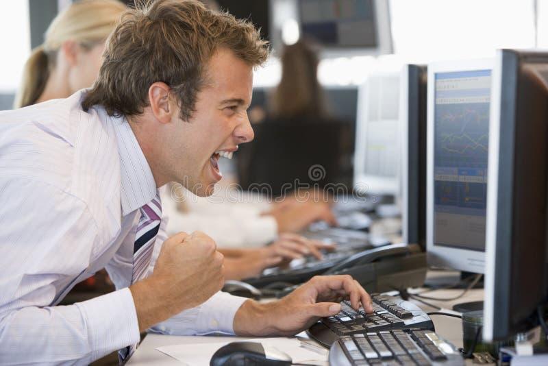 regard de l'opérateur en bourse overjoyed par moniteur photographie stock libre de droits