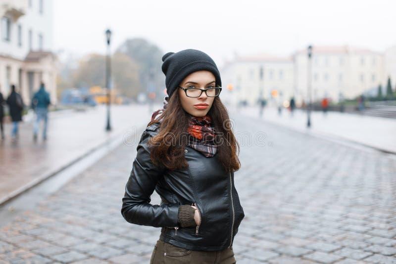 Regard de mode modèle de femme de brune de mode de vie de charme dans le leat noir images libres de droits