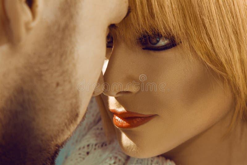 Regard de passion à chaque autres dans de jeunes couples photographie stock