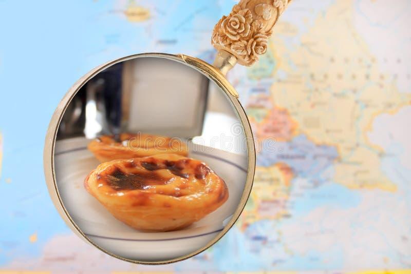 Regard dedans sur les gâteaux portugais de crème anglaise images libres de droits