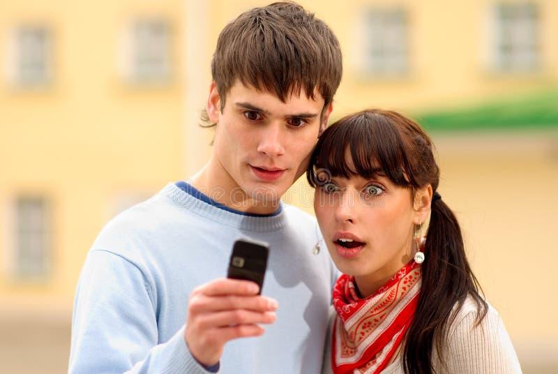 Regard deux au téléphone cellulaire photos stock