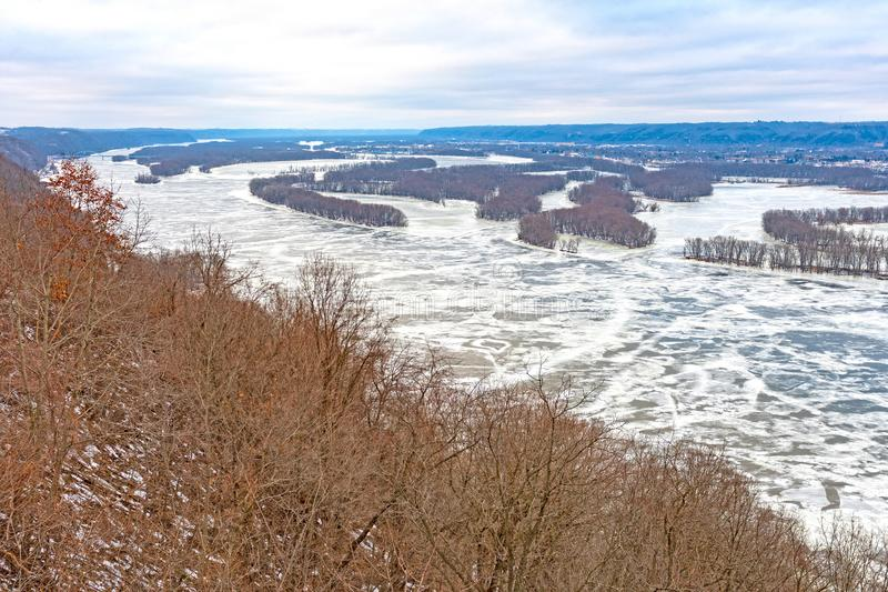 Regard du nord sur une rivière congelée images libres de droits