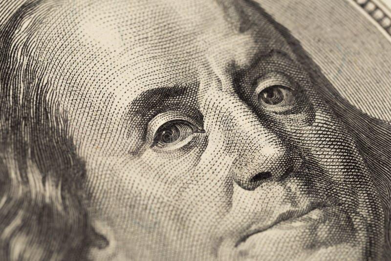 Regard du ` s de Benjamin Franklin sur cent billets d'un dollar r image stock