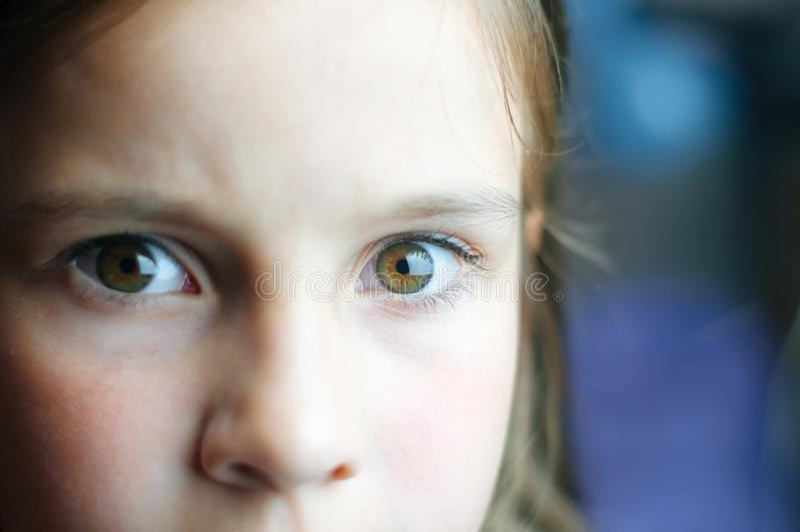 Regard effrayé de petite fille à la caméra s'inquiétant de quelque chose image libre de droits