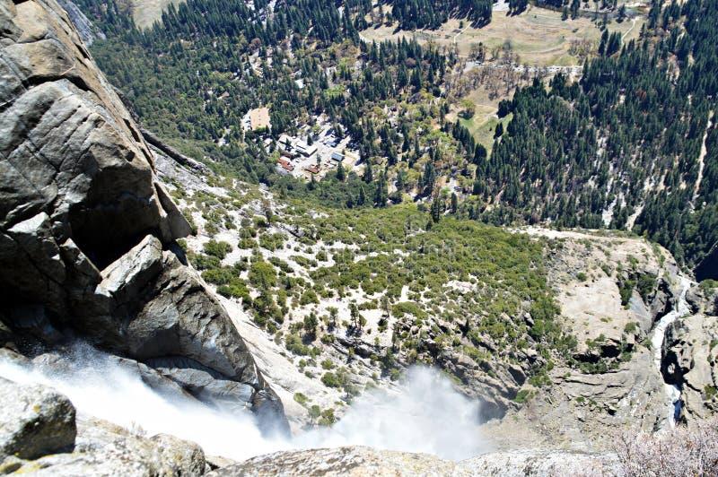Regard en bas d'une cascade photos stock