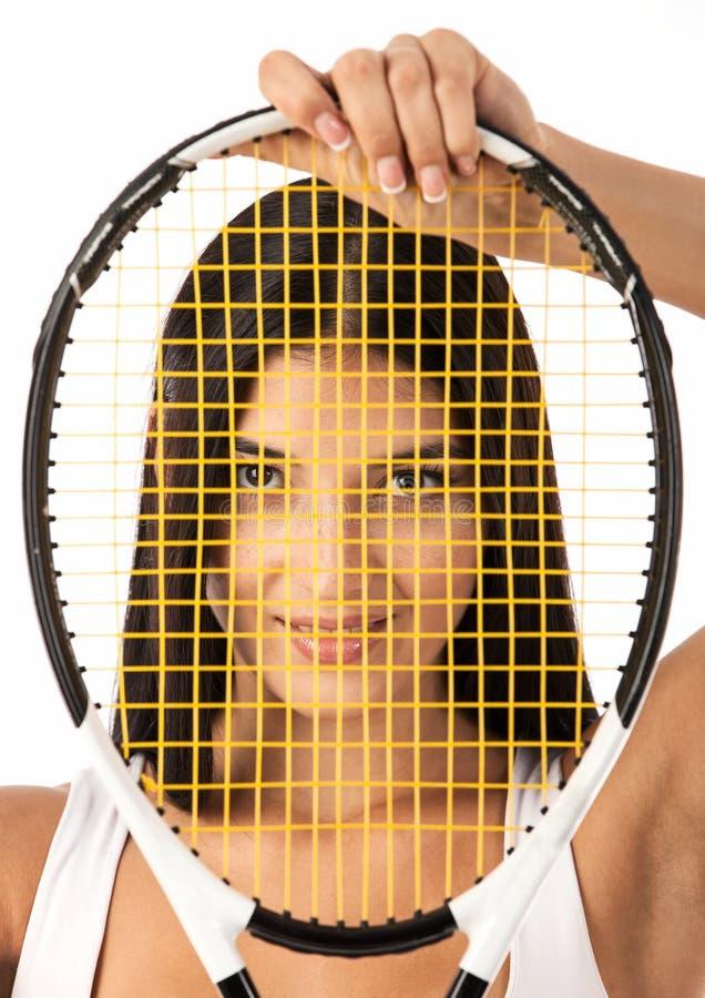 Regard femelle par des ficelles de raquette de tennis photos libres de droits