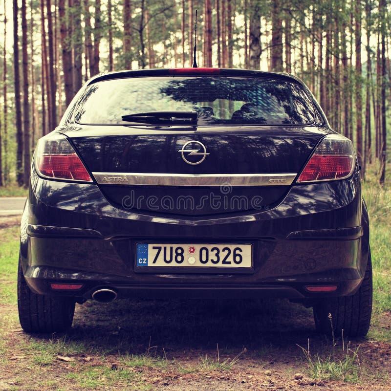 Regard fixe Splavy, République Tchèque - 19 août 2017 : la voiture noire Opel Astra H se tiennent prêt la route goudronnée entre  photographie stock
