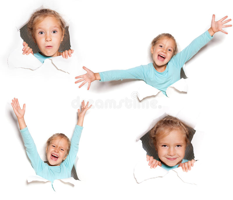 Regard heureux d'enfant hors d'un trou images stock