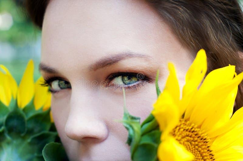 Regard intense des yeux verts avec les taches jaunes photos stock