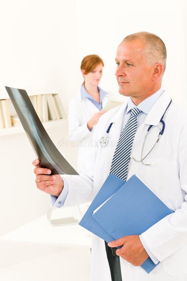 Regard mâle d'équipe de médecin au rayon X photo stock
